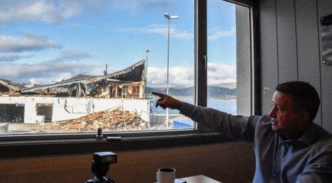 Det gamle havnelageret rives. Prosjektleder Kjell-Idar Juvik følger prosessen nøye.