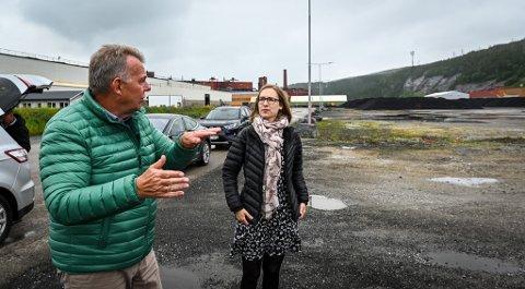 Næringsminister Iselin Nybø i samtale med Freyrs Torstein Dale Sjøtveit på tomta der pilotfabrikken skal bygges.