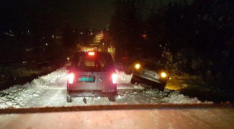 TRØBBEL: Flere bilister fikk trøbbel i Sollerudbakken onsdag ettermiddag og kveld. På bildet er bilbergeren i ferd med å hjelpe et kjøretøy, samtidig som en annen bil står i grøfta.
