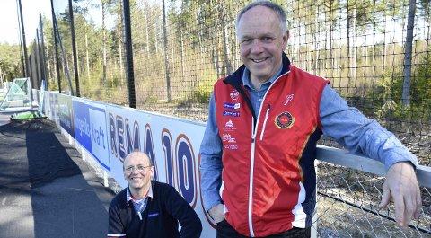 – Viktige penger for idrettslaget, sier daglig leder Roy Arild Fossum (nærmest). Her sammen med kjøpmann Jostein Rogne på anlegget på Svensrudmoen.