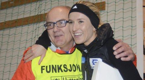 Takket med klem: Karoline Bjerkeli Grøvdal fikk overrakt et treningsstipend på 10.000 kroner av Hytteplanmilas sjef, Jon Anders Kvisgaard.