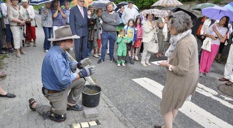 Gunter Demnig er mannen bak minnesmerkene som finnes i alle land i Europa. Sammen med Sidsel Levin skal han i løpet av sommeren felle ned 79 nye steiner.