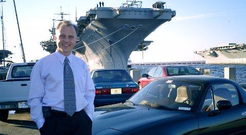 Roy Thorvaldsen og kona er i trygghet i Nice. Bildet er tatt i Norfolk i Virginia der Roy Thorvaldsen var toppsjef for Natos informasjonsavdeling i USA.