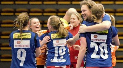 En tydelig lettet trener Glenn Andre Ruud–Andersen og spillere etter seieren over Fredrikstad.