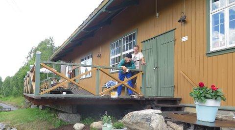 Uteservering: – Vi håper på fint vær så publikum også kan sitte ute og nyte utsikten over Ådalselva, sier Einar Rokseth, som sammen med sønnen Reidar gjør i stand på Hen Stasjon til Elvefestivalen 19. august.