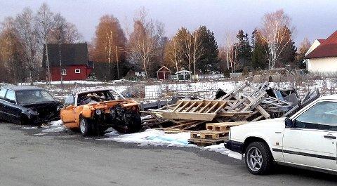 UØNSKET 1: Gamle bilvrak og annen forsøpling har fått naboene på Myhrer til å reagere.Begge Foto: Privat