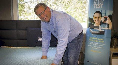 STOLT: Atle Berntzen viser frem madrass–materialet IntelliGel som Svane i Fetsund har patent på i Europa. – Vi håper på salg av dette til Kina på sikt, sier han. BEGGE FOTO: BEATE KVIEN