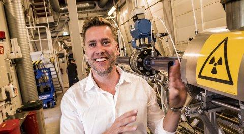 LABORATORIUM: Forskningsdirektør Martin Foss ved strømningsrøret hvor transportkapasitetem blir målt og analysert.foto: ELISABETH LUNDER