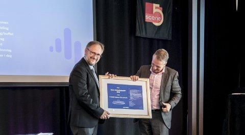 STOLT: Tore Kværner kunne stolt ta imot prisen på vegne av Harald Kværner Eiendom AS fra Arild I. Pedersen i Nordea.Begge foto: Vidar Sandnes