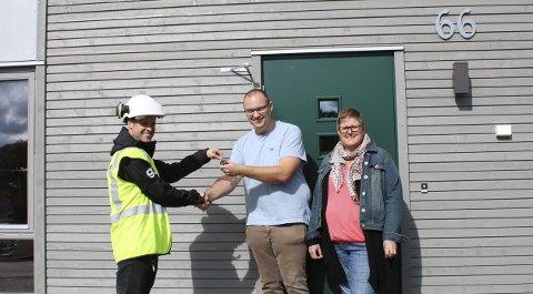 Ny bolig: Prosjektleder Kenneth Bredesen overleverer nøkkel til de første kundene som flytter inn på Breivolltunet, Rune og Kari Fredheim.