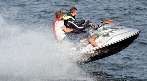 NYE REGLER: Nå må vannscooterførere forholde seg til de samme reglene som båtførere.