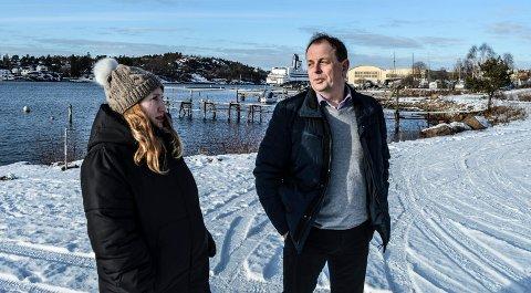 LANGESTRAND SYD: Senterpartiets gruppeleder Ida Cathrine Nilsen og varaordfører Bjarne Sommerstad synes det er midt i blinken om A/S Thor Dahl tar en lang pause i det videre arbeidet med boligprosjektet ved Sandefjordsfjorden.