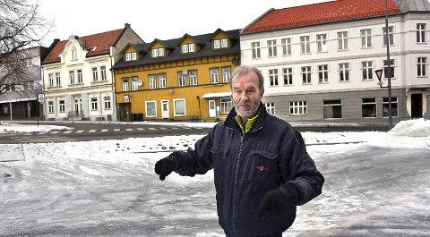 GAMMEL BEBYGGELSE: Reidar Magnus Stang er et menneske som lett lar seg engasjere, blant annet i bevaring av gammel bebyggelse i sentrum. Her med nyoppussete og flotte Ullagården til høyre i bakgrunnen.
