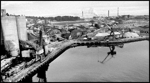 Før: 1977. Melløs havn til Borregaard. Bildet er tatt fra Sannesund bru. Brua var ikke ferdig da, den åpnet på vårparten 1978. Så undertegnede rusla bare utpå og tok bildet av havna til Borregaard; Melløs. Mye har jo endret seg på 43 år. Siloene er jo borte, bygninger er revet, heisekraner er byttet ut. Men, som på bildet fra i dag, er de store salthaugene der.