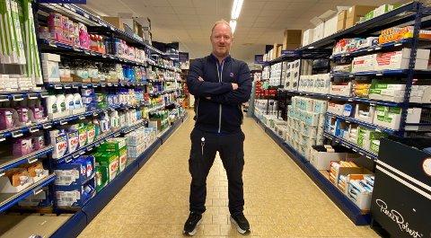 ROSER ANSATTE OG KUNDER: Kjøpmann Glenn Michalsen hos Rema 1000 på Grålum roser både ansatte og kunder som har oppdaget butikktyveriene denne uka.