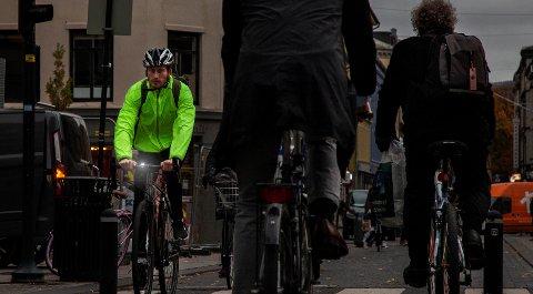 Alle som sykler i mørket har et ansvar for å gjøre seg synlige ved hjelp av lys og refleks.
