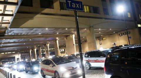 Norske taxisjåfører må jobbe over 50 timer i uka for å ha en anstendig lønn.