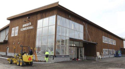 HALLMODELL: Idrettshallen i Hobøl kan bli bygd i massivtre. Lars Erik Borge og Bjørn Lier trakk fram idrettshallen i Bankgata i Bodø, som eksempel på et lignende prosjekt. Bygget, som sto ferdig tidligere i år, er i all hovedsak en ren trekonstruksjon.