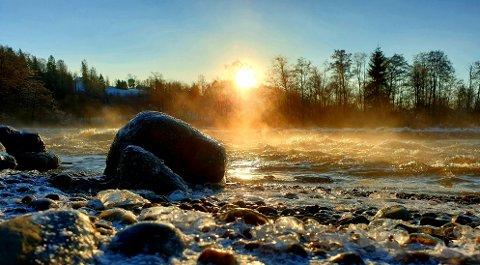 Dette flotte vinterbildet ble tatt ved Soli Brug av Stian Bråthen Johansen fredag. Vinteren holder seg i alle fall gjennom helgen, lover meteorologen.