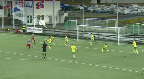 KLINKA TIL: Her klinkar midtbanespelar Morten Bjørlo til og  sørgjer for at Strømmen kjem opp i leiinga mot Ullensaker/Kisa.