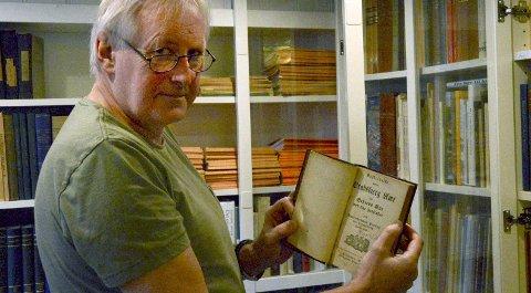 FORAN SKJERMEN: Jørn Olsen har en omfattende samling bøker, som er kjekke å konsultere når han driver med slektsforskning. Nå trenger han din hjelp til å dobbeltsjekke opplysninger på nettstedet eidangerslekt.org.foto: Fredrik strøm