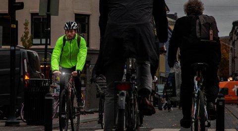 Alle som sykler i mørket har et ansvar for å gjøre seg synlige ved hjelp av lys og refleks. Foto: Kjetil Hasselgård, Syklistenes Landsforening/ANB
