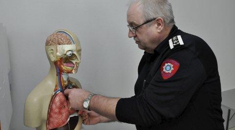 Kursdukke: Brannsjef Stig Selboe med en kritisk skadet pasient. Denne har vært flittig brukt i opplæring av brannmannskapet.