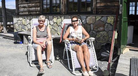 TRAVELT: – Her hadde vi ikke tid til å sitte et sekund omtrent sist lørdag og søndag. Da gikk det i ett her, forteller Berit Støvne (t.v.) og Ingunn Rønning. Det er Årvoll Sangensemble som driver Stavsrohytta for tredje sesongen på rad.