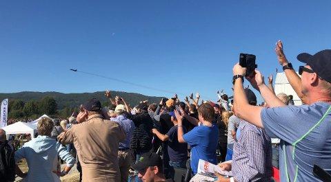 17000 tilskuere: Det er en markedsføringskunst å få notoddenfolk ut av godstolen på en søndag. Telemark Airshow klarte det og rundt 17000 kom til Tuven for å overvære et spektakulært luftshow.