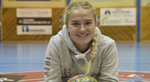 SATSER: Innenfor stengte dører i Idrettshallen finner vi 15 år gamle Sanne Løkka Hagen. Skoledagen er nettopp avsluttet, og hun forbereder seg til skuddtrening, alene med ball.