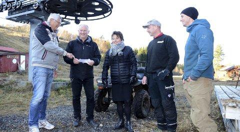 Planer: Avtroppende styreleder Helge Røv, rådmann Knut Haugen og ordfører Lilly Gunn Nyheim ønsker Dag Skei og styremedlem Tore Korsnes velkommen til Sæterlia.
