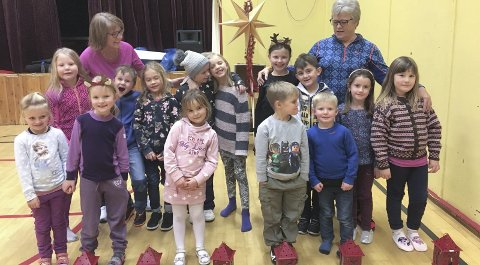 Fest: Små og store på Smøla gjør seg klar til en julekonsert som initiativtaker Eva Peggy Stensønes (bak til høyre) beskriver som bugnende. foto: Privat
