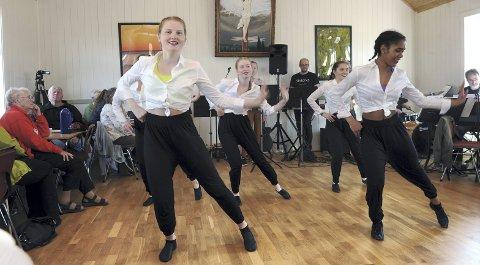 «Hit the road Jack». Tuva Kongshaug ( til venstre)  og Anna Martha Kleven og de øvrige i dansegruppa imponerte på bedehusgulvet.
