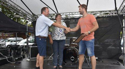 PRISUTDELING: Banksjef Aasmund Lie i Sparebank 1 SMN og ordfører Ingunn Golmen delte ut prisen for årets aurgjelding til Øystein Norheim i Ungdomslaget Nordlys.