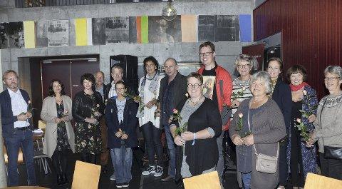 ROSER: 15 av de 27 kunstnerne som deltar i årets Utstilling ved Lauvfall i Surnadal kulturhus ved åpningen lørdag.
