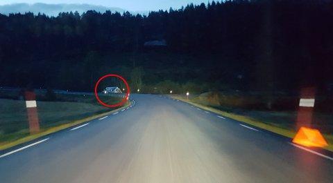 En lastebil har kjørt av vegen på Rv 70. Det meldes om glatte veier på Nordmøre i morgentimene.