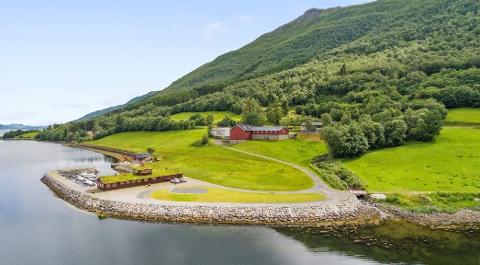 SOLGT: Tørriset gård med turistanlegg, småbåthavn, låve og bolighus.