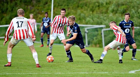 KBK 2s Emil Sivertsen omringet av AK-spillere. Det endte 2-2 mellom Averøykameratene og Kristiansund 2 på Bruhagen stadion fredag kveld.