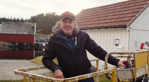 HØYT OG LAVT: Vidar Holm bruker både lifter og stiger for å komme seg dit han vil montere julelys.