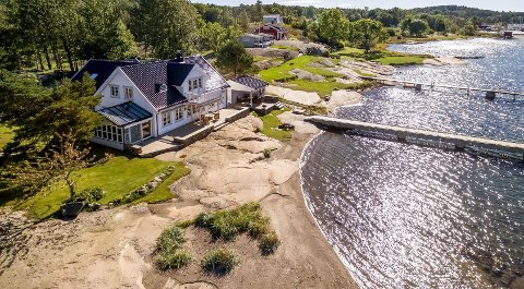 PRAKTFULL: Eiendommen ligger fantastisk til på nordenden av Mågerø. Den ble  solgt for kr 18.500.000 fra Inger Johanne Laahne til Sigurd Heffermehl og Torild Heffermehl .