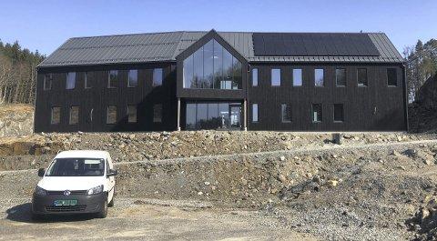 Næringsbygg: Tre lokale bedrifter skal nå flytte inn i dette bygget på Grenstøl. Byggeprosessen startet for ett år siden. Foto: Marianne Drivdal