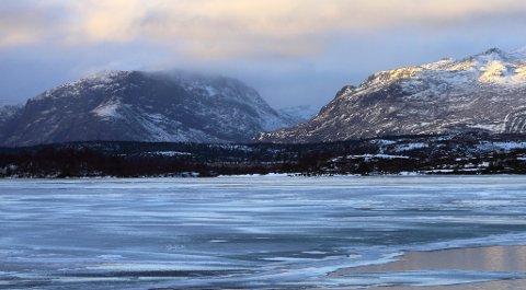 Islegging: Mange små og mellomstore vann har trygg is nå, men fortsatt er det store, dype vann og fjorder som er isfrie, slik som Bygdin og Gjende.