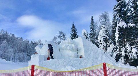 Team Harbin som arbeider med  den første snøskulpturer i alpinanlegget i Raudalen.