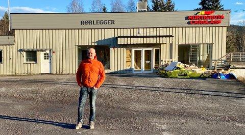 SENTRALTPÅROTNES:Veterinær Lars Gundersen utenfor lokalet på Bjertnestangen som holder på å bli pusset opp for å bli dyreklinikk.