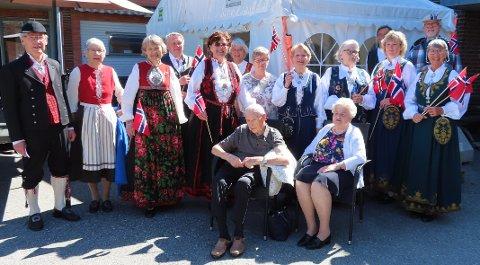 FEIRET: 90-årsjubilant Lars Johnsen og kona Birgit ble hyllet av folkedanslaget Kjerringa med staven på Døli søndag.