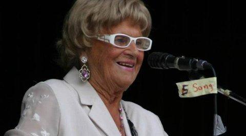 FYRVERKERI: GT Sara er et fyrverkeri på scenen. 6. juli spiller 94-åringen på Hagestua i Son.