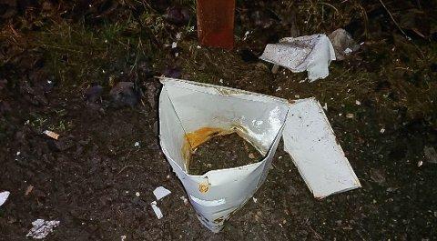 SPRENGT I FILLER: Slik så postkassa ved Engene i Garder ut etter at den ble sprengt i filler.