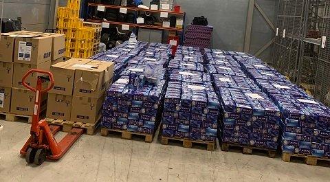 STORT BESLAG: Beslaget som tollerne på Svinesund gjorde søndag ettermiddag. 12.543 liter brennevin og 200.000 sigaretter ble resultatet av det.