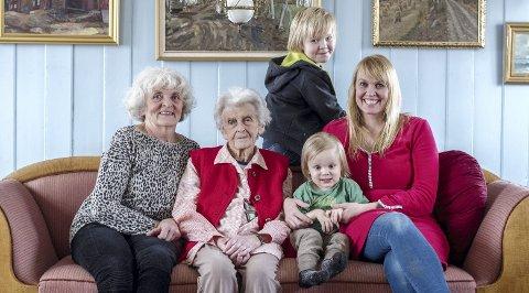 TRE GENERASJONER: Mødre og døtre - f.v: Gunnhild, Anne Margrete og Mali, med Snorre og Iver.