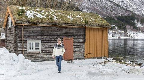 Nybygg: På tomta si i fjæresteinene på Øksendalsøra ønsker Per Steinar Husby å bygge to naust med moderne tilsnitt.